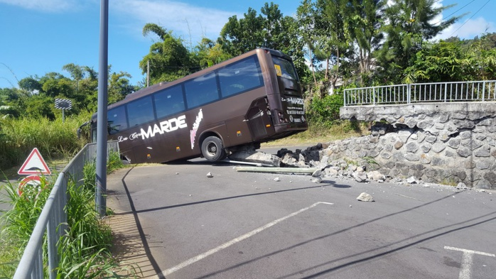 Accident spectaculaire d'un bus à Sainte-Marie