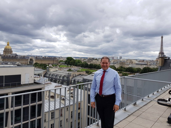 David Lorion sur les toits de l'Assemblée nationale, d'où l'on domine Paris