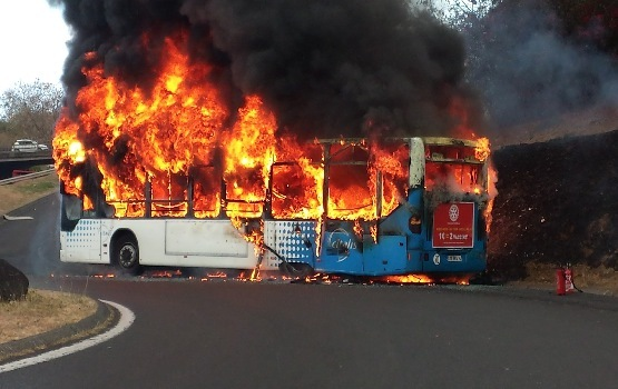 St-Denis : Un bus s'embrase à hauteur du rond-point de Carrefour