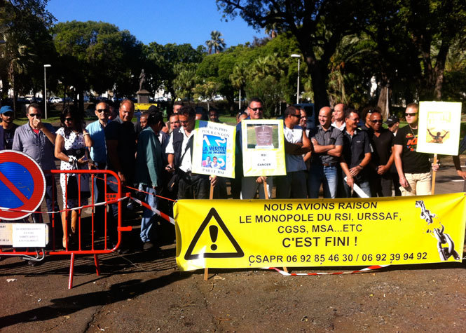 Saint-Denis: Syndicats et associations manifestent contre le RSI