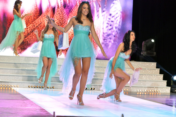 Miss Réunion 2015: Oops... Attention sol glissant!